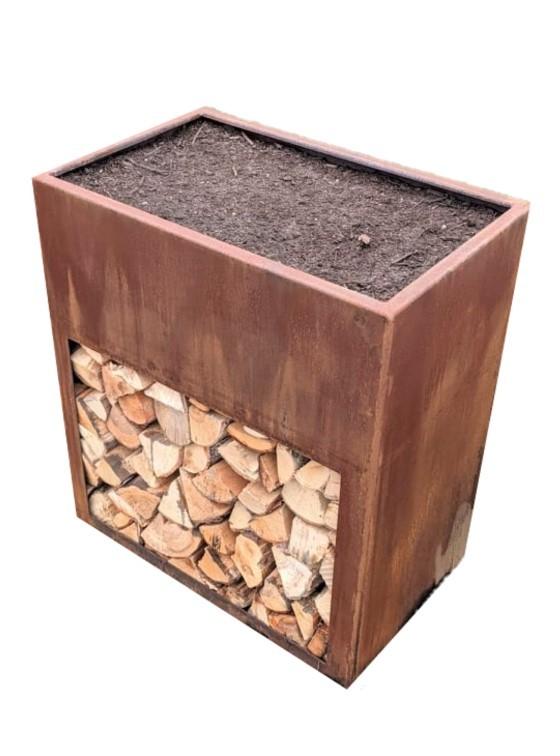 Hochbeet Rost Stahl als Feuerholzaufbewahrung.
